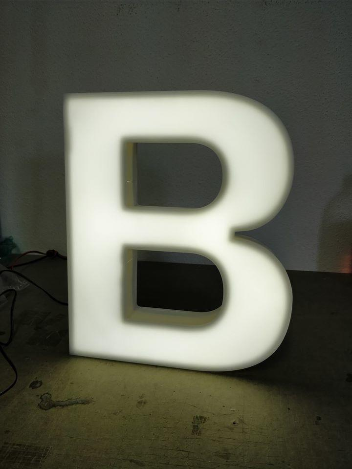 letra monobloco frente acrilico com iluminacao interior